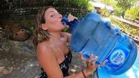Selama di Bali, Kissa membuat beberapa video untuk diupload akun Youtubenya. Kissa pun merasakan banyak pengalaman baru selama di Bali, termasuk minum air langsung dari galon. (Instagram/@coyotelovesyou)