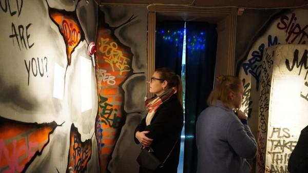 Museum ini dibagi menjadi beberapa ruang pameran. Tiap pameran berisi kisah, ide liar dan benda-benda yang terbawa saat sedang mabuk. (The Museum of Hangover)
