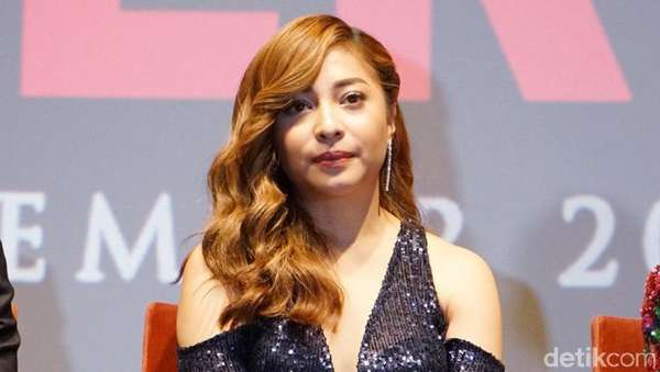 Nikita Willy Pamer Bahu dengan Dress Belahan Rendah