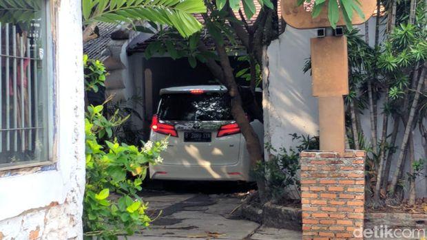 Mobil yang ditumpangi Ratna dan Atiqah masuk ke dalam rumah