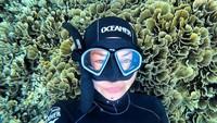 Kissa sudah liburan di Bali sejak beberapa pekan yang lalu. Dia asyik menyelam di perairan cantik Amed, Bali. (Instagram/@coyotelovesyou)
