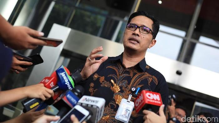 Kabiro Humas KPK, Febri Diansyah, melepas jabatannya sebagai jubir KPK. Febri mundur usai pimpinan KPK terbaru hendak mencari juru bicara KPK yang baru.