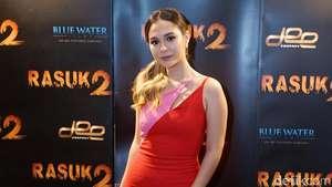 Nikita Willy Pamer Bahu dengan Dress Belahan Rendah