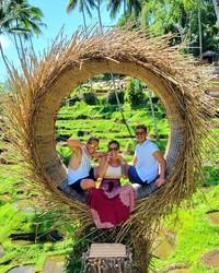 Di sela-sela waktunya belajar Yoga, Kissa seru-seruan berfoto di spot Instagramable bersama dengan 2 orang sahabatnya. (Instagram/@coyotelovesyou)