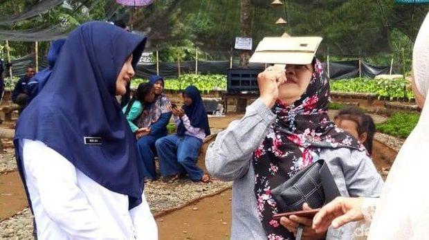 Ramai-ramai Lihat Gerhana dari Atas Bukit Cinta Banjarnegara