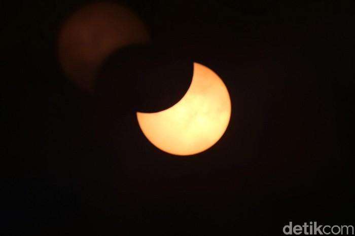 Gerhana matahari dapat terlihat di sejumlah wilayah di Indonesia. Di Bali, gerhana berlangsung mulai dari pukul 12.15 WITA. Begini penampakannya.