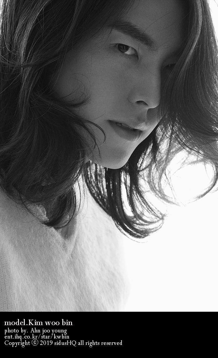 potret hitam-putih Kim Woo Bin