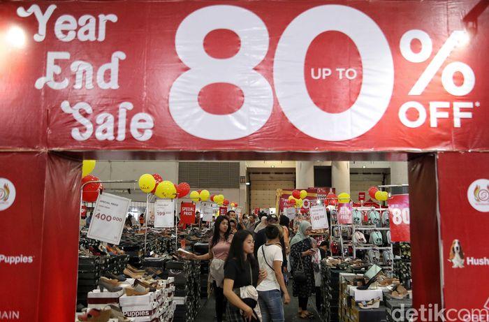 Warga berbelanja saat acara diskon akhir tahun Big Bang di kawasan JIExpo, Kemayoran, Jakarta, Jumat (27/12).