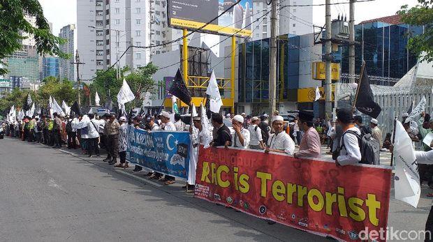Aliansi Umat Muslim Gelar Aksi Bela Uighur di Konjen China Surabaya