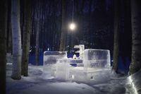 Brrrr! 'Ice Village' Tawarkan Sensasi Minum Teh Sambil Duduk di Atas Es Batu