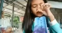 Pamer Agar-agar Lucu, Bocah Perempuan Ini Alami Hal Apes