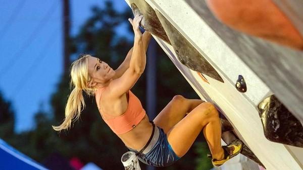 Sierra Blair-Coyle bukanlah gadis biasa. Dia adalah atlet panjat tebing kebanggaan dari AS. Selain berprestasi, Sierra juga dianugerahi paras yang rupawan. (Instagram/@sierrablaircoyl)