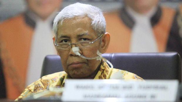 Luar Biasa! Hakim Agung Ini Tetap Bekerja Meski Hidung Masih Dililit Selang