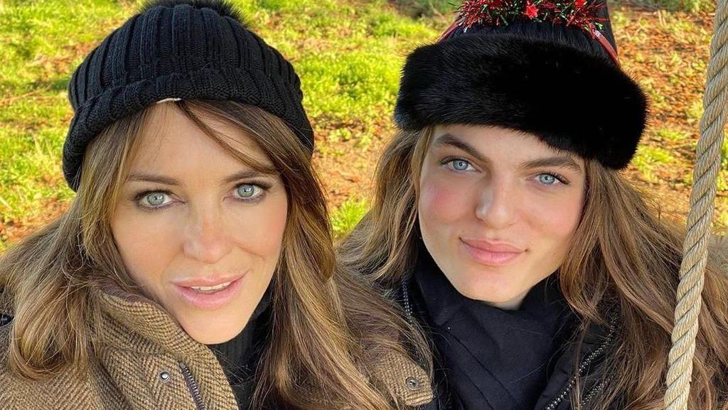 Selfie Bareng, Elizabeth Hurley Seperti Kembar dengan Anak Lelakinya