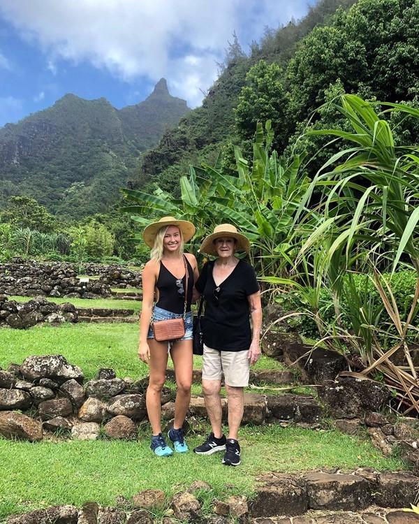 Di Hawaii, gadis berusia 25 tahun ini juga liburan ke Limahuli Garden and Preserve yang asri dan hijau. (Instagram/@sierrablaircoyl)