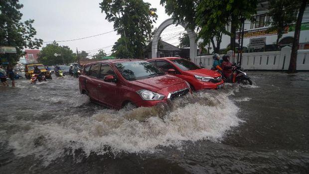 Ilustrasi berkendara naik mobil saat hujan