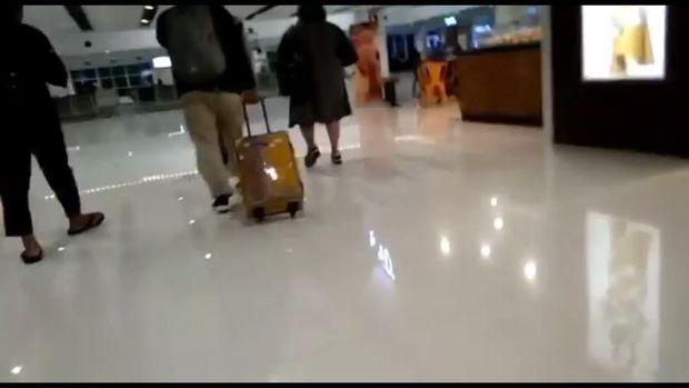 Tangkapan layar Nunung dan suaminya terlihat di Bandara Solo