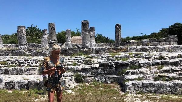 Sierra juga pernah jalan-jalan ke Meksiko. Di sana dia berkunjung ke situs bersejarah Ruinas del Rey di Kota Cancun. (Instagram/@sierrablaircoyl)