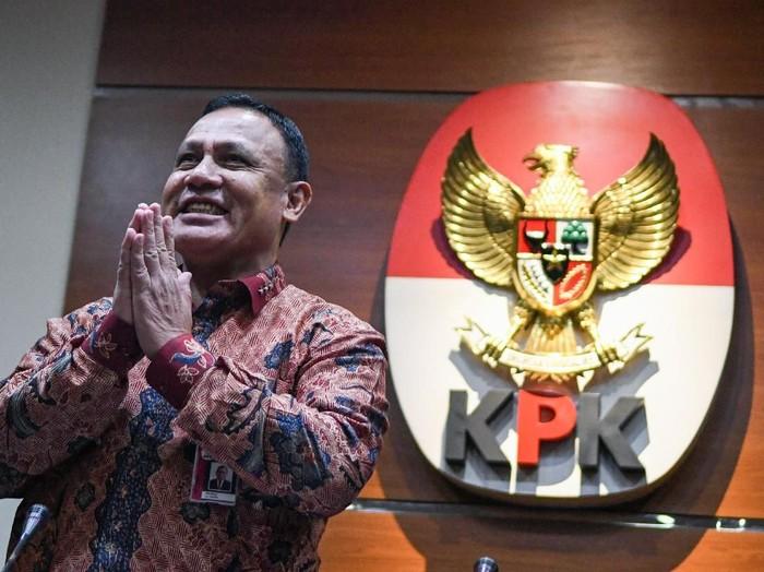 Ketua KPK Firli Bahuri (kiri) didampingi Kepala Biro Humas Febri Diansyah (kanan) menyampaikan konferensi pers di gedung KPK, Jakarta, Jumat (27/12/2019). Dalam kesempatan tersebut, Firli Bahuri mengenalkan dua Pelaksana harian (Plh) juru bicara KPK antara lain Ipi Maryati dalam bidang pencegahan dan Ali Fikri dalam bidang penindakan. ANTARA FOTO/M Risyal Hidayat/wsj.