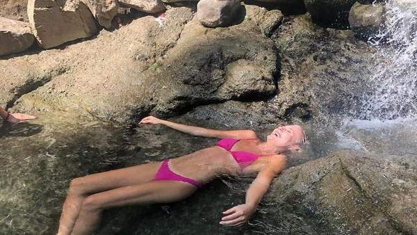 Sierra juga suka rileksasi dengan berendam di air panas Terwilliger Hot Spring di Oregon, AS. (Instagram/@sierrablaircoyl)