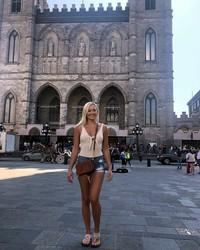 Di Kota Montreal, Sierra juga sempat jalan-jalan ke Basilique Notre-Dame de Montréal, kembarannya Katedral Notre Dame yang ada di Prancis. (Instagram/@sierrablaircoyl)
