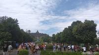 Pengunjung sejak pagi mulai berdatangan memadati bangunan peninggalan wangsa Syailendra tersebut. Diperkirakan hari ini merupakan puncak kunjungan wisatawan Candi Borobudur pada libur nataru (Eko Susanto/detikcom)