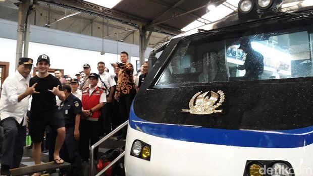 Menhub Budi Karya pose salam metal bareng turis di Stasiun Yogyakarta