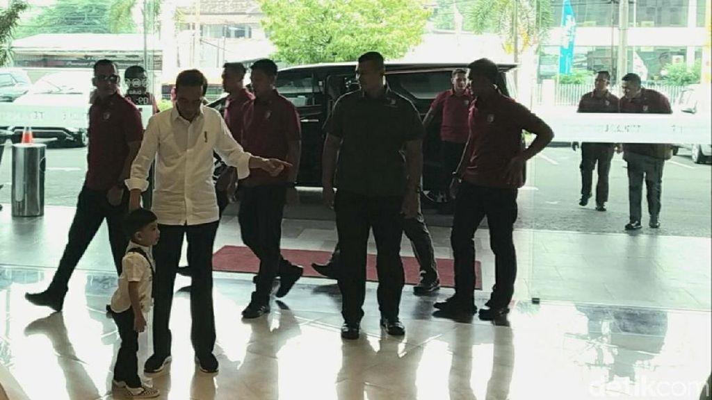 Serunya Jan Ethes Main Pancing Kodok-Bola Bareng Jokowi