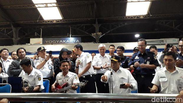 Menhub Budi Karya hibur penumpang di Stasiun Yogyakarta