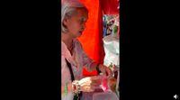 Mulia! Demi Bantu Siswa Miskin, Nenek Ini Jual Makanan Rp 1.000