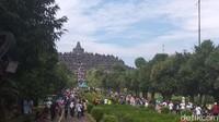 Untuk pengunjung Candi Borobudur yang memakai kursi roda, disabilitas maupun kursi dorong bayi disediakan jalur khusus. Dibuatkan jalur khusus ini merespons dari keluhan pengunjung (Eko Susanto/detikcom)
