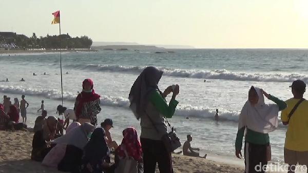 Berdasarkan press release yang diterima detikcom dari CupoNation dan OYO, Selasa (7/1/2020), Pantai Kuta di Bali disebut sebagai destinasi yang paling ramai pada momen Tahun Baru kemarin (Khoirur Riza/detikcom)