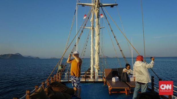 Berlayar di Labuan Bajo Naik Pinisi