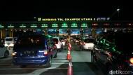 Minggu Malam, Gerbang Tol Cikatama Padat Di Kedua Arah