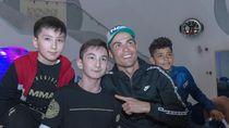Ronaldo Main Bola dengan Fan Difabel, Khabib Terharu