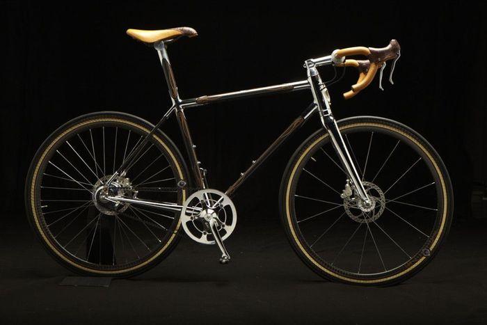 Phanuel Krencker's 'Bicyclettes de Luxe' Rp 481.950.000 (kurs Rp 14.000/US$). Selain serat karbon dan krom, sepeda ini mencakup suku cadang khusus dan bingkai yang dibuat oleh Cyfac.