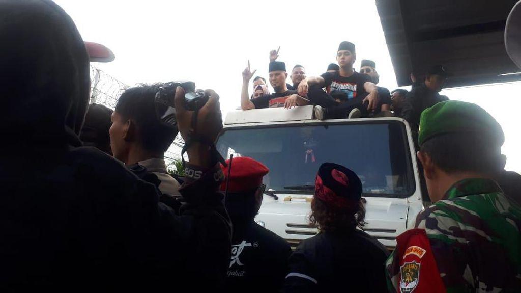 Sapa Massa di Rutan Cipinang, Ahmad Dhani Salam Dua Jari