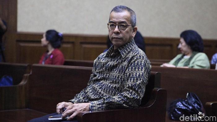 Mantan Dirut Garuda Indonesia, Emirsyah Satar, jalani sidang dakwaan Pengadilan Tipikor, Jakarta. Ia didakwa menerima suap pengadaan mesin pesawat Garuda Indonesia.