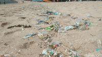 Libur Tahun Baru, Wisatawan Pantai Kuta Disambut Sampah Plastik