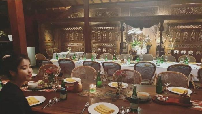 IU makan di restoran Indonesia