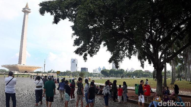Libur akhir tahun, kawasan Silang Monas, Jakarta Pusat dipadati oleh pengunjung, Senin (30/12/2019).