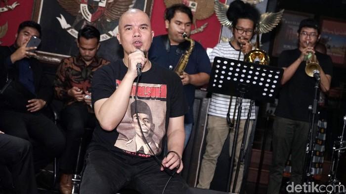 Ahmad Dhani saat tampil di kediamannya di Pondok Indah.