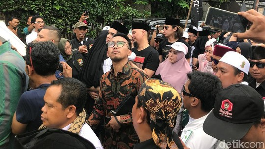 Kecupan Bunda Sambut Kepulangan Ahmad Dhani