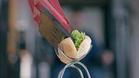 Racik Hot Dog Pakai Ekskavator, Netizen: Ada yang Sulit Kenapa Harus Mudah?