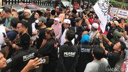 Tiba di Rumah, Ahmad Dhani Disambut Ratusan Orang