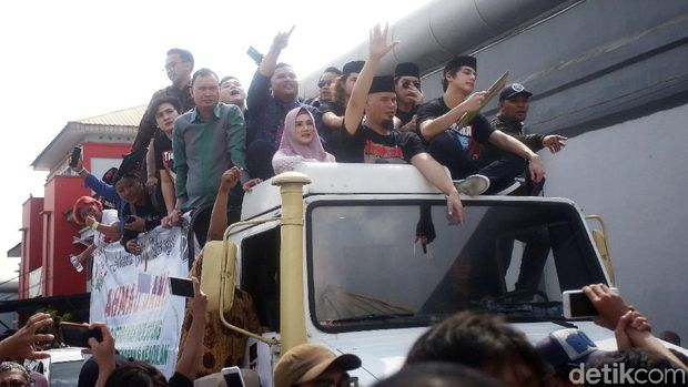 Berdiri di Atap Unimog seperti Ahmad Dhani cs Tak Dianjurkan