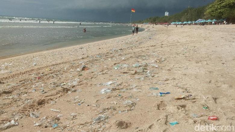 Sampah di Pantai Kuta, Bali (Foto: Khoirur Riza/detikcom)