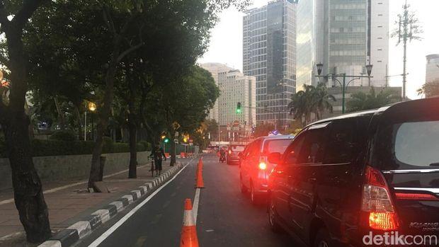 Pesepeda kerap menghadapi situasi sulit saat melintasi persimpangan, karena banyak kendaraan yang memotong jalurnya saat berbelok.