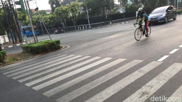 Pesepeda yang melaju kencang lebih sering menggunakan jalur cepat dibanding masuk jalur sepada.
