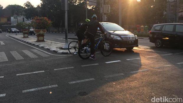 Terpaksa harus melanggar di lampu merah karena tidak ada ruang tunggu khusus sepeda.